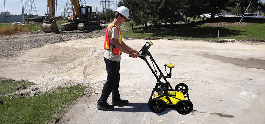 Construction worker using an LMX200